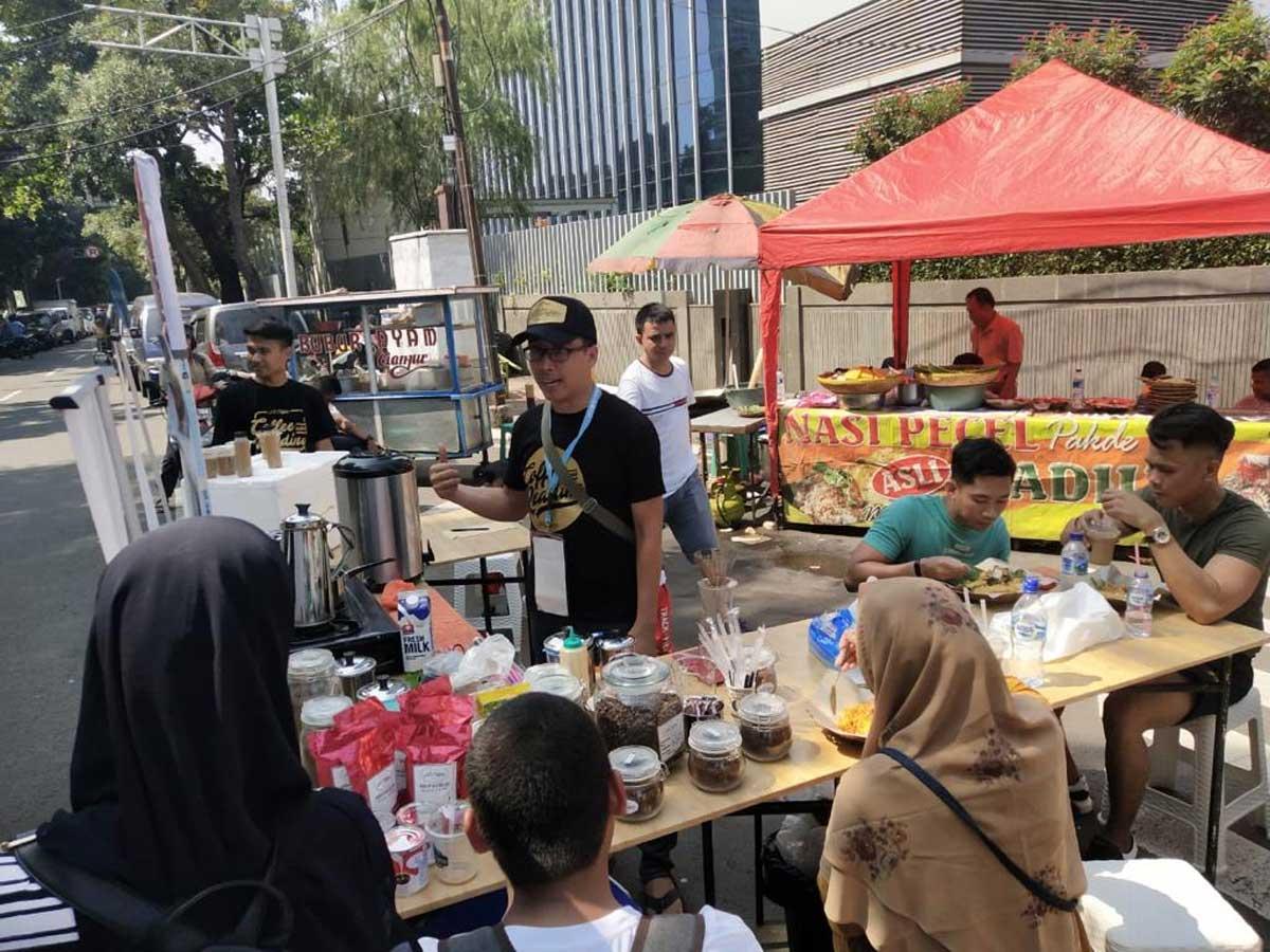Iyan kala buka kedai kopi dan perpustakaannya di Area Free Car Day di Jalan Thamrin Jakarta
